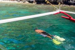 Jonge mens het snorkelen Stock Foto