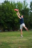 Jonge mens het spelen frisbee in openlucht royalty-vrije stock foto's