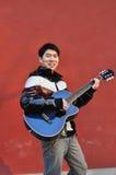 Jonge mens het spelen gitaar Royalty-vrije Stock Foto's