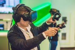 Jonge mens het spelen glazen van de videospelletjes de virtuele werkelijkheid vrolijk Stock Foto's
