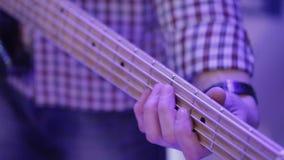 Jonge mens het spelen op elektrische gitaar stock video