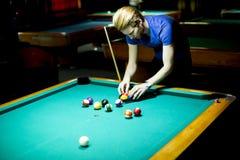 Jonge mens het spelen snooker royalty-vrije stock foto's