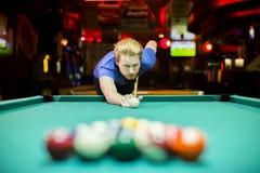 Jonge mens het spelen snooker stock foto