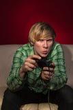Jonge mens het spelen videospelletjes Royalty-vrije Stock Foto's
