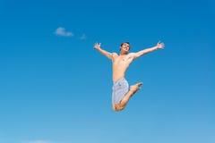 Jonge mens het springen royalty-vrije stock afbeelding