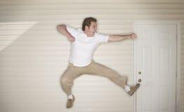 Jonge mens het springen Royalty-vrije Stock Afbeeldingen