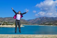 Jonge mens het springen van vreugde Stock Afbeeldingen
