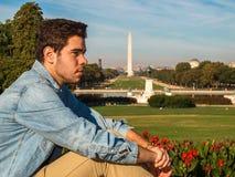 Jonge mens het stellen voor Ulysses S Grant Memorial, Nationale Wandelgalerij en Washington Monument in Washington DC stock fotografie