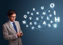 Jonge mens het typen op smartphone met high-tech 3d brieven komst Royalty-vrije Stock Afbeeldingen
