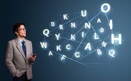 Jonge mens het typen op smartphone met high-tech 3d brieven komst Royalty-vrije Stock Foto's