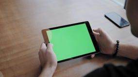 Jonge mens het Typen op tabletcomputer, het babbelen, het bloging Het Freelancerwerk aangaande netbook in het moderne coworking P stock video