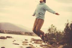 Jonge Mens het Vliegen levitatie openlucht springen ontspant Levensstijl Stock Afbeeldingen