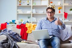 Jonge mens het werk het bestuderen in slordige ruimte royalty-vrije stock foto's
