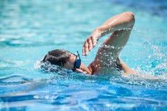Jonge mens het zwemmen Royalty-vrije Stock Foto's
