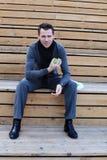 Jonge mens met appel Stock Foto