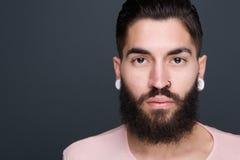 Jonge mens met baard en het doordringen Stock Foto's