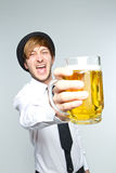 Jonge mens met bier Stock Foto's