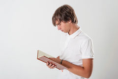 Jonge mens met boek Stock Fotografie