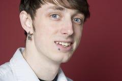 Jonge mens met doordrongen gezicht Stock Afbeelding