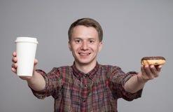 Jonge mens met doughnut stock afbeelding