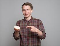 Jonge mens met doughnut stock foto's
