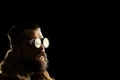 Jonge mens met een baard en zwarte beschermende brillen royalty-vrije stock foto