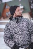 Jonge mens met een baard in sneeuw Stock Foto