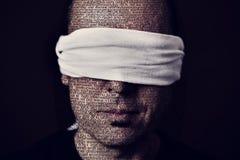 Jonge mens met een blinddoek in zijn ogen royalty-vrije stock fotografie