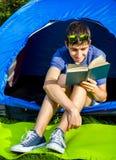 Jonge mens met een boek stock foto