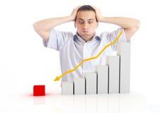 Jonge mens met een dalende grafiek Stock Fotografie