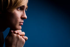 Jonge mens met een ernstige blik over blauw Royalty-vrije Stock Fotografie