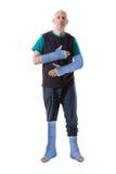 Jonge mens met een gebroken gegoten enkel en een been Stock Foto's