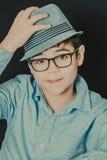 Jonge mens met een hoed stock afbeeldingen