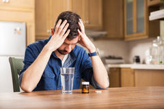 Jonge mens met een hoofdpijn Stock Foto's