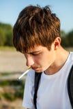 Jonge mens met een sigaret Royalty-vrije Stock Afbeeldingen