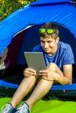 Jonge mens met een tablet stock foto's