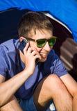Jonge mens met een telefoon stock foto