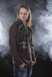 Jonge mens met geruite sjaal Donkere achtergrond Royalty-vrije Stock Afbeeldingen