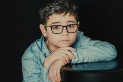 Jonge mens met glazen stock fotografie