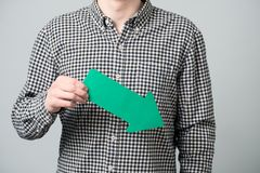 Jonge mens met groene pijl Stock Afbeeldingen