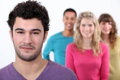 Jonge mens met groep vrienden Stock Afbeeldingen