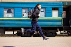 Jonge mens met grote die zakken bij station in werking worden gesteld royalty-vrije stock afbeelding