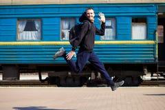 Jonge mens met grote die zakken bij station in werking worden gesteld royalty-vrije stock fotografie