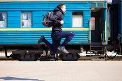 Jonge mens met grote die zakken bij station in werking worden gesteld stock fotografie