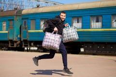 Jonge mens met grote die zakken bij station in werking worden gesteld royalty-vrije stock afbeeldingen