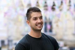 Jonge mens met het glimlachen op de straat Stock Afbeelding