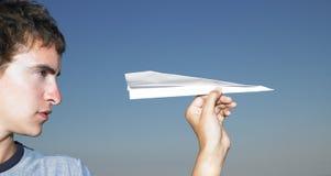 Jonge Mens met het Vliegtuig van het Document royalty-vrije stock foto's