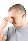 Jonge mens met hoofdpijn die op wit wordt geïsoleerde Royalty-vrije Stock Afbeelding