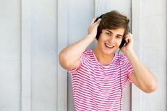 Jonge mens met hoofdtelefoons Royalty-vrije Stock Foto's