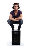 Jonge mens met hoofdtelefoons, die in een spreker stading Stock Afbeelding